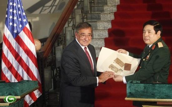 Bộ trưởng Thanh nhận từ ông Panetta cuốn nhật ký của một bộ đội Việt Nam hi sinh trong chiến tranh.