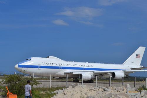 Chiếc máy bay chở đoàn báo chí và tùy tùng của Bộ trưởng Panetta đáp xuống  sân bay Cam Ranh