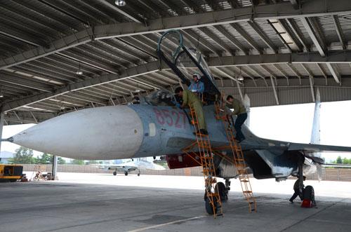 Ngay khi vào khu vực đậu, chiếc Su-27 đầu tiên trở về lập tức được đội kỹ thuật kiểm tra tình trạng