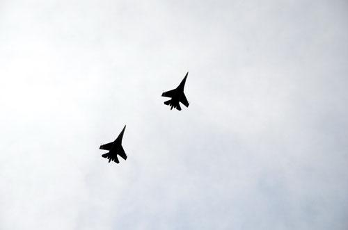 Hai chiếc Su-27 từ Trường Sa trở về