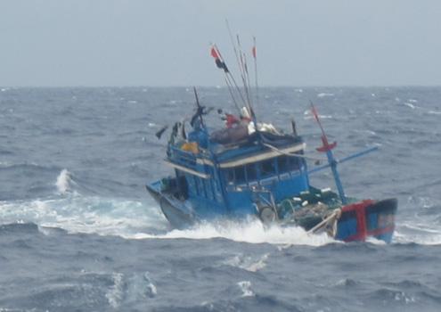 Trước đó tối 17/6, Danang MRCC đã lai dắt thành công tàu cá của 8 ngư dân do ông Nguyễn Văn Hai (trú Sơn Trà, Đà Nẵng) làm thuyền trưởng bị hỏng lái, trôi dạt trên vùng biển cách đất liền 80 hải lý. Ảnh: Danang MRCC.