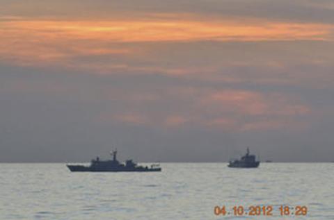Tàu của Trung Quốc trong cuộc đối mặt ở bãi đá Scarborough/Hoàng Nham với Philippines trên Biển Đông đầu tháng 4. Ảnh do hải quân Philippines cung cấp cho báo chí.