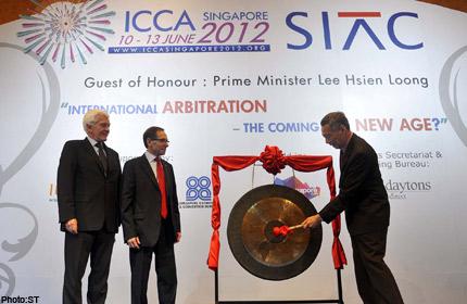 Thủ tướng Singapore Lý Hiển Long đánh chiêng khai mạc hội nghị ICCA 2012 dưới sự chứng kiến của Chủ tịch ICCA, giáo sư Jan Poulsson và Chủ tịch Trung tâm trọng tài quốc tế Singapore, giáo sư Michael Pryles