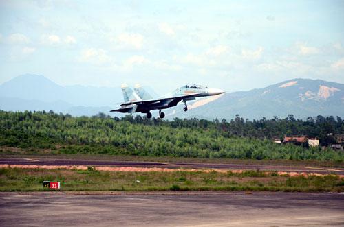Một chiếc Su-27 hoàn thành nhiệm vụ, chuẩn bị hạ cánh - Ảnh: T.T.Duyên