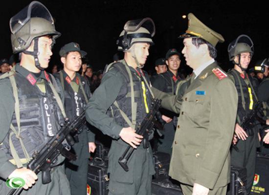 Bộ trưởng Trần Đại Quang thăm Tiểu đoàn Cảnh sát cơ động số 1 đóng trên địa bàn Hà Nội.