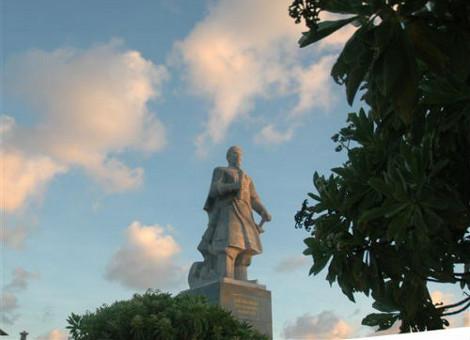 Tượng Trần Hưng Đạo bên hàng cây Phong Ba nhìn ra biển tại đảo Song Tử Tây. Công trình này được tạc theo theo mẫu ở Quảng trường Mùng 2 tháng Ba ở TP. Nam Định, là quà tặng của tỉnh Nam Định dành cho Trường Sa.