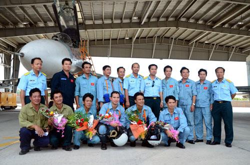 Các phi công chụp hình lưu niệm với lãnh đạo Trung đoàn 940