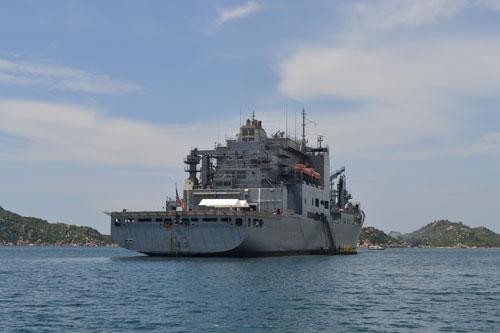 Tàu USNS Richard E. Byrd của Mỹ đang sửa chữa tại vịnh Cam Ranh, được Bộ trưởng Panetta ghé thăm trong chuyến công du tại Việt Nam