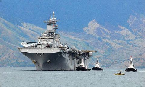Hàng không mẫu hạm USS Essex của Mỹ trong vịnh Subic (Philippines)