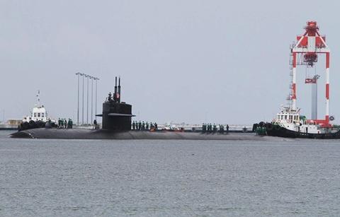 Tàu ngầm hạt nhân USS Louisville tới vịnh Subic, Philippines, hôm qua. Ảnh: AP