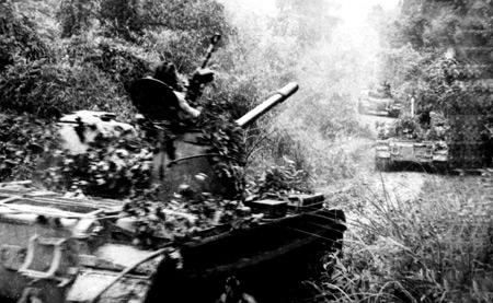 Xe 377 cùng đồng đội xuất kích trong trận Đắk Tô - Tân Cảnh 1972 (Ảnh do Bảo tàng Tăng – Thiết giáp cung cấp).