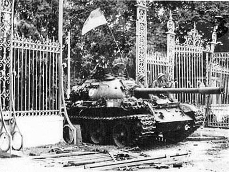 Cánh cổng sắt Dinh tổng thống Nguỵ dưới vành xích xe 390. Ảnh do Bảo tàng Tăng - Thiết giáp cung cấp.