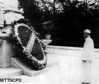 Chủ tịch Hồ Chí Minh: Ăn quả phải nhớ người trồng cây. Trong cuộc tưng bừng vui vẻ hôm nay, chúng ta phải nhớ đến những anh hùng, liệt sĩ của Đảng ta, của dân ta
