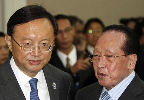 Ngoại trưởng Trung Quốc Dương Khiết Trì và người đồng cấp Campuchia ông Hor Namhong trao đổi riêng bên lề cuộc họp Ngoại trưởng ASEAN tại Phnom Penh