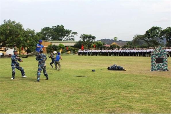 Lực lượng đặc biệt giao chiến phối hợp đồng đội đánh địch