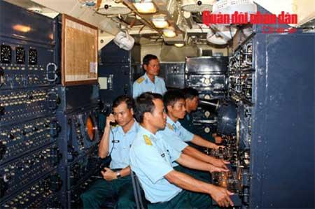 Kíp trắc thủ huấn luyện chiến đấu trong xe điều khiển.