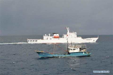 Tàu Ngư Chính 310 hỗ trợ một tàu cá Trung Quốc gần quần đảo Trường Sa. Ảnh: Xinhua