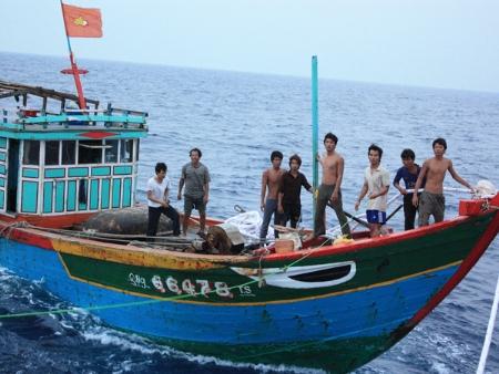 """Ngư dân Quảng Nam đánh cá trên vùng biển của Việt Nam bị phía Trung Quốc bắt bớ, phạt tiền trong khi Thời báo Hoàn cầu bịa thành: """"Phía Việt Nam bắt thuyền, cướp của, lấy cá!"""". Ảnh: Nam Cường."""