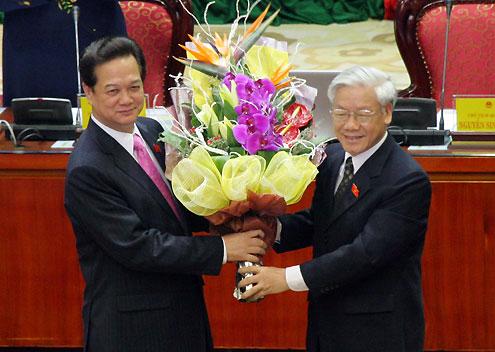 Tổng bí thư Nguyễn Phú Trọng chúc mừng Thủ tướng Nguyễn Tấn Dũng. Ảnh: Tiến Dũng.