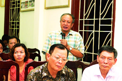 Đại diện người dân phường Yên Hòa phát biểu ý kiến. Ảnh: Bảo Lâm