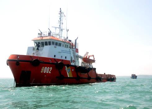 Tàu cảnh sát biển lai dắt cứu hộ tàu cá ngư dân cập bến an toàn. Ảnh: Trí Tín.