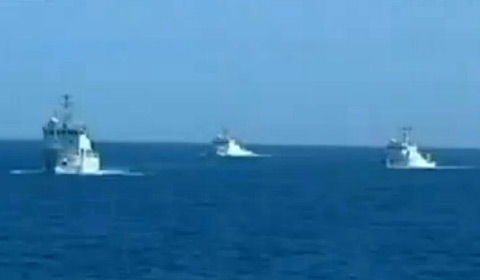Đội tàu hải giám của Trung Quốc tại khu vực diễn tập được cho là gần một bãi đá ngầm ở quần đảo Trường Sa. Ảnh chụp từ clip phóng sự của CCTV.
