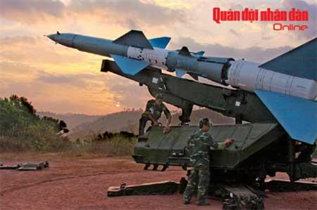 Bảo đảm tên lửa (tổ hợp S-75M) luôn trong trạng thái sẵn sàng chiến đấu cao.