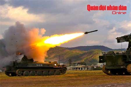 Tổ hợp phòng không tầm thấp tự hành 9K35 Strela 10 tham gia bắn đạn thật trong cuộc diễn tập lớn của bộ đội phòng không cuối năm 2011.