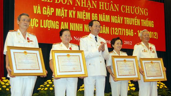 Bộ trưởng Bộ Công an Trần Đại Quang (giữa) trao Huân chương cho các cán bộ có thành tích xuất sắc