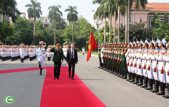 Hai Bộ trưởng duyệt đội danh dự QĐND Việt Nam tại lễ đón