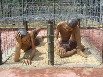 """Mô hình """"chuồng cọp"""" nhốt tù binh cộng sản. Họ phải đứng, nằm, ngồi, lom khom... phơi nắng, mưa nhiều ngày trong một tư thế."""