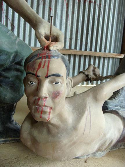 Đóng đinh vào đầu để giết hại tù binh cộng sản.