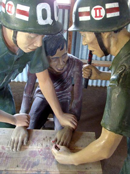 Cảnh tượng bọn ác ôn đóng đinh vào tay người tù cộng sản