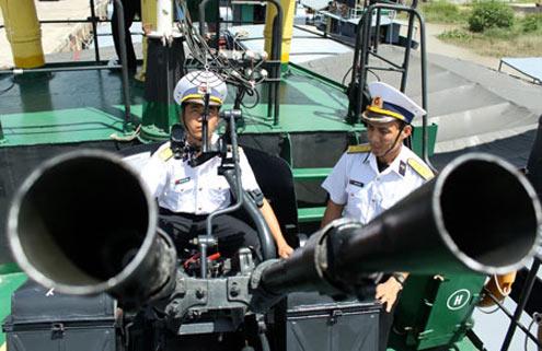 Hải đội 4 (Vùng 1 Hải quân) trong ngày nắng gắt, các pháo thủ vẫn cần mẫn luyện tập bên mâm pháo nóng như rang...