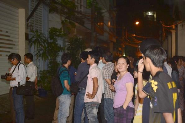 Người dân theo dõi vụ khám xét nhà riêng ông Lý Xuân Hải - Ảnh: Thuận Thắng