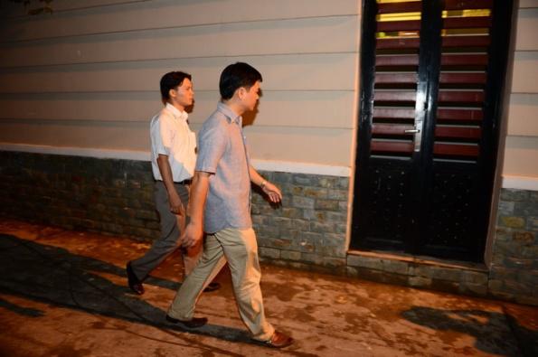 Các điều tra viên tới khám xét nhà riêng ông Lý Xuân Hải - Ảnh: Thuận Thắng