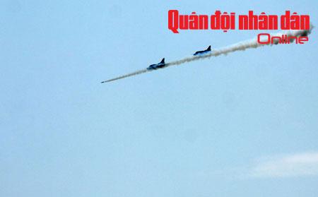 Chuẩn bị kỹ thuật cho tiêm kích Su-27PU cho cuộc bắn đạn thật.