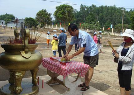 Vợ chồng lương y Phạm Văn Thanh từ Lào Cai vào Phú Quốc thắp hương cho các liệt sĩ nhân ngày Thương binh Liệt sĩ 27-7.