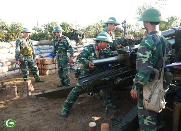 Nạp đạn chuẩn bị chờ lệnh bắn từ đài chỉ huy.