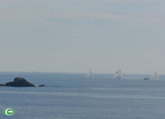 Những lượt pháo đầu tiên nhằm đánh chặn tàu địch.