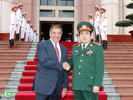 Đại tướng Phùng Quang Thanh, Bộ trưởng Bộ Quốc phòng Việt Nam đón Bộ trưởng Quốc phòng Hoa Kỳ Leon Panetta.