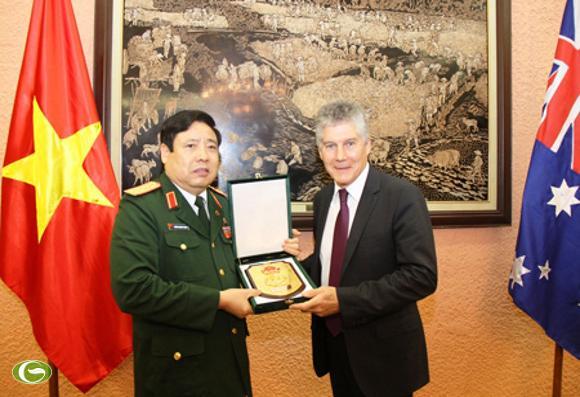 Đại tướng Phùng Quang Thanh trao quà lưu niệm tặng Bộ trưởng Stephen Smith