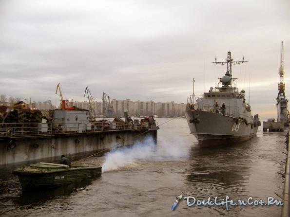 Svetlyak được cano kéo ra khỏi dock tàu để thử nghiệm