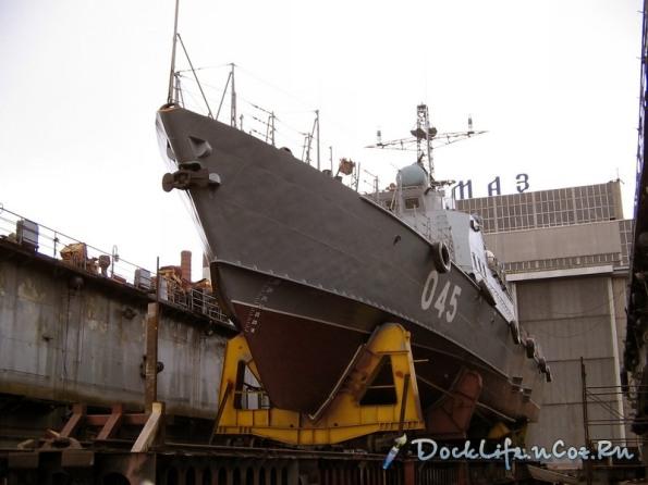 Di chuyển tàu Svetlyak xuống dock tàu để chuẩn bị hoàn thiện vũ khí và thử nghiệm