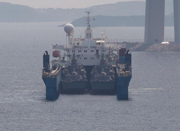 Tàu vận tải Eide Transporter thuộc công ty Eide Marine Services của Na Uy. Đây là loại tàu vận tải cỡ lớn và đã nhiều lần tham gia vận chuyển tàu quân sự, đặc biệt là tàu ngầm. Eide Transporter cũng chính là tàu vận chuyển cả hai tàu hộ tống Gepard 3.9 cho Hải quân Việt Nam trong năm 2011. Ảnh chụp hôm 14/8.