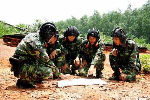 Rút kinh nghiệm trên đường hành quân  Thao trường nắng và gió giúp các chiến sĩ thêm quyết tâm