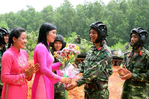 Các cô giáo nhà trường địa phương chúc mừng cán bộ, chiến sĩ đơn vị