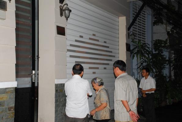Đại diện tổ dân phố và điều tra viên tiếp cận nhà ông Hải . Ảnh: Hoàng Thạch Vân