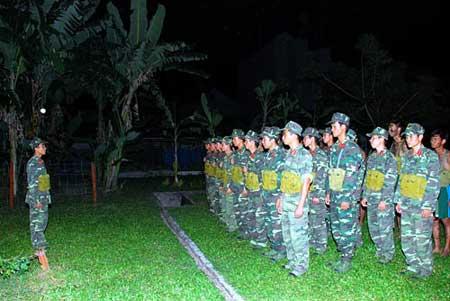 Quán triệt nhiệm vụ trước buổi huấn luyện đêm.