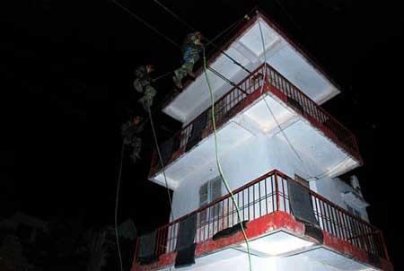 Tiếp cận ngôi nhà cao giam giữ con tin từ trên không.